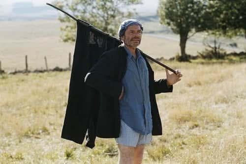 Cena do filme SAINT JACQUES... LA MECQUE, de Jean-Pierre Darroussin - Peregrino secando calça