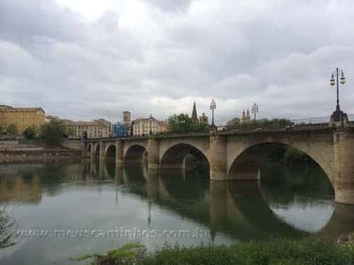 Ponte de pedra sobre o Rio Ebro, na chegada de Logroño.