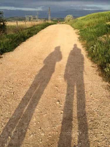 Foto com as sombras de dois peregrinos, feita na saída de Los Arcos
