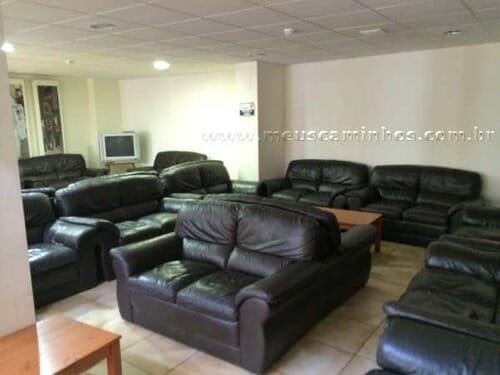 Diversos sofás na área de descanso do albergue de Santo Domingo de la Calzada