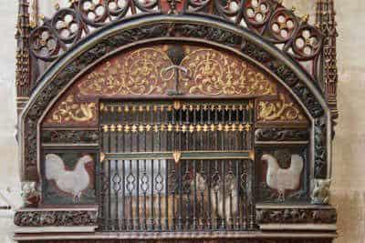 Galinheiro na igreja de Santo Domingo de la Calzada, com um galo e uma galinha vivos.