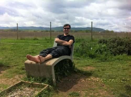 Eu deitado na espreguiçadeira de concreto que fica no merendero próximo à Cirueña.