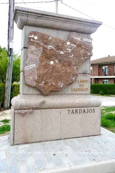 Mapa esculpido na pedra mostra a península ibérica e o Caminho Francês