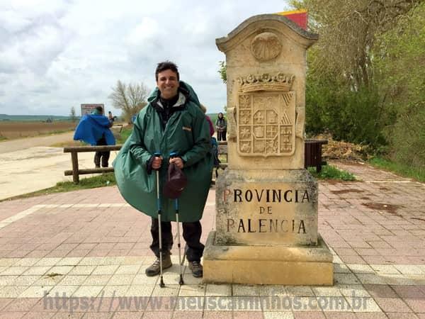 Eu ao lado de um marco indicando que o Caminho de Santiago segue pela província de Palência, a partir deste ponto