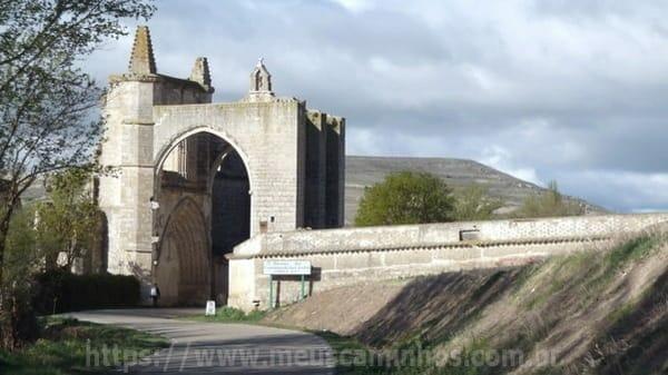 O Caminho de Santiago passa por baixo dos arcos que ficavam na entrada do monastério de San Antón
