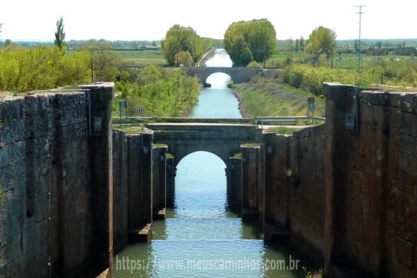 A imagem mostra a eclusa quádrupla no canal da Castilla, em Frómista.