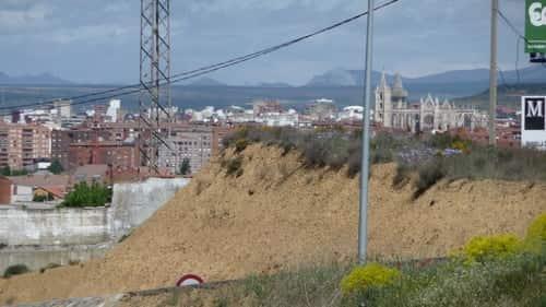 A foto mostra a vista da cidade de Léon um pouco depois de Arcahueja, onde é possível observar em destaque a Catedral de Léon.