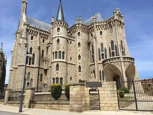 O Palácio Episcopal, também conhecido como Palácio Gaudi, por ter sido projetado por este arquiteto.