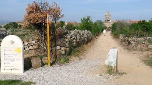 Foto da entrada de Santa Cataliza de Somoza, com uma igreja ao fundo.