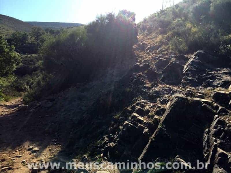 A foto mostra grandes pedras por onde o peregrino terá que passar, no caminho para Molinaseca.