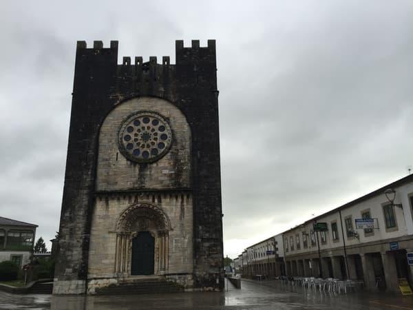 foto da igreja de pedra de Portomarín, conhecida como igreja de São João ou de Sán Nicolás.