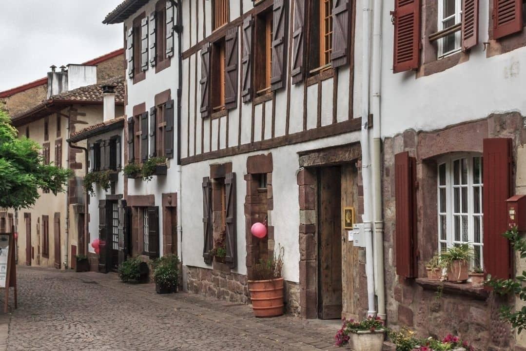 Foto da cidade de Saint-Jean-Pied-de-Port, na França.