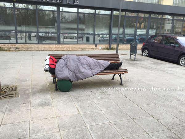 Peregrino dormindo no banco da praça. Por opção, tinha vaga nos albergues!